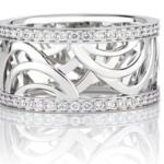 Cette élégante bague donne vie aux gestes de notre nouvelle collection De Beers Aria. Minutieusement conçues sur deux niveaux, les courbes d'or blanc invitent la lumière à une danse autour du pavé de diamants. Poids total : 0.44 carat.