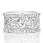 Les courbes de diamants de cette bague Aria ont été conçues sur deux niveaux d'or blanc, recréant ainsi le geste emblématique de la collection Aria. Poids total : 1.26 carat