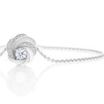 Expression ultime de l'énérgie intérieure des femmes et des diamants, ce bracelet Aria minutieusement conçu à la main célèbre le motif Aria tout en sublimant le diamant central de taille...