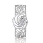 Les deux courbes entièrement pavées de cet élégant bracelet-manchette Aria créent un halo de lumière naturel et révèlent l'énergie intérieure et la beauté naturelle du diamant central. Poids total : 4.40 carats, dont un diamant central de taille brillant de 0.70 carat.