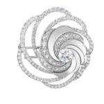 L'or blanc et les courbes aériennes entièrement pavées de cette broche Aria subliment l'éclat du diamant, offrant un spectacle de lumière d'une beauté et d'une brillance exceptionnelle. Poids total : 3.76 carats, dont un diamant central de taille brillant de 1 carat. Cette broche peut également être portée comme un pendentif.