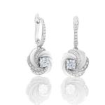 S'inspirant de la danse de lumière, ces dormeuses Aria mettent en valeur deux diamants de taille brillant de 0.2 carat en jouant avec la lumière et le contraste entre l'or blanc et les délicats motifs pavés. Poids total : 0.65 carat (dont deux diamants de taille brillant de 0.20 carat).