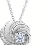 Suspendu à une boucle discrète, le diamant central de taille brillant de ce pendentif Aria est sublimé par les trois courbes délicatement pavées rendant hommage au rythme naturel et envoûtant du motif Aria. Disponible avec un diamant central de 0.2 carat ou de 0.5 carat.