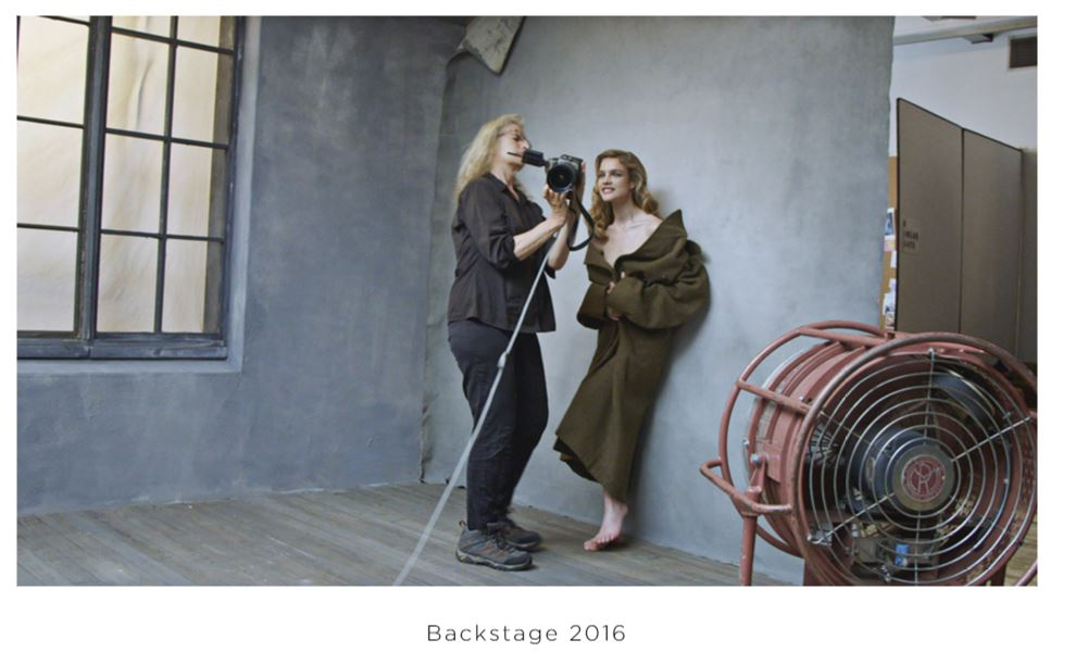 Amy Schumer pose topless pour le calendrier Pirelli 2016 AMY