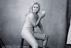 Amy Schumer pose en topless pour le calendrier Pirelli 2016