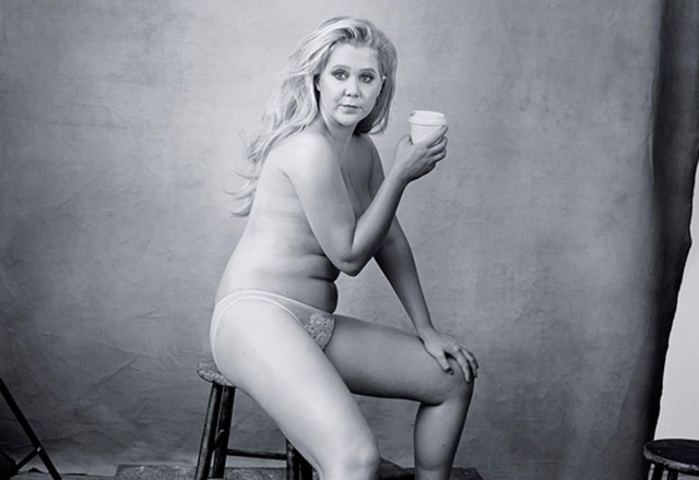 Amy Schumer pose en topless pour le calendrier Pirelli 2016